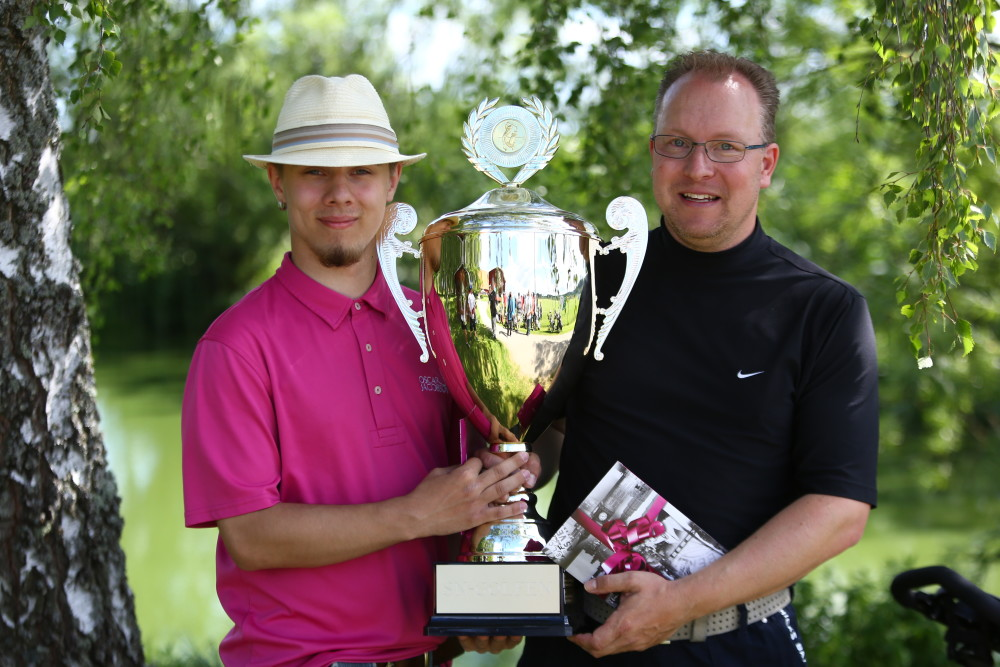 B-Klass – Grattis far och son Jan och Daniel Strand. Deras score var 41, 31, 48. Därmed tog Nyköpings GK hem båda bucklorna!