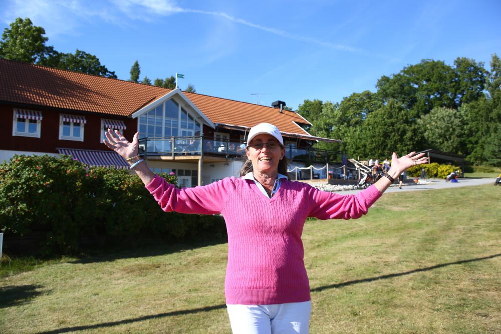 Ote Danneker var så här glad framför klubbhuset när hon spelat färdigt!