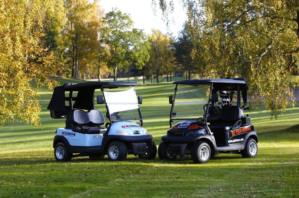 Två av våra 13 golfbilar