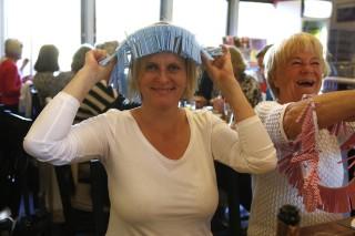 Stämningen var hög. Madeleine Andersson köpte lotter och det gjorde också glada Kerstin Lundell bredvid.