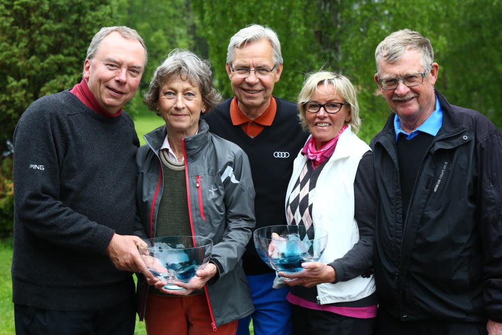 Vinnarna i A-resp B-klass. A - Anders Lundgren och Annelie Schiller. B - Solweig och Leif Persson. I mitten dagens sponsor Christer Bergström från Söderbergs.
