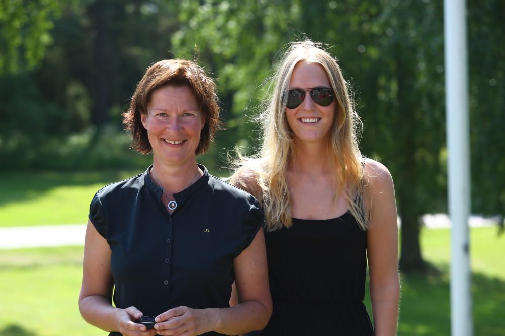Susanne Hörnfeldt vann bruttopriset och fick ta emot silversmycket av ett barnbarn till Ulla Bergström.