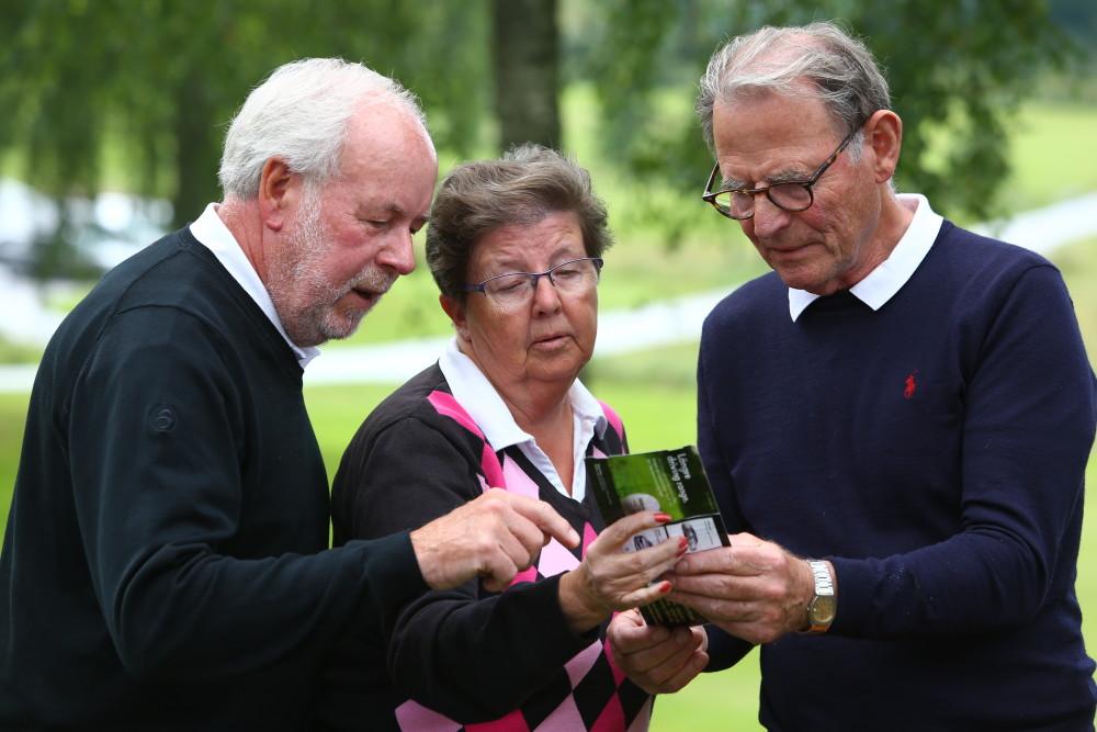 Tävlingsledningen och sponsorna hade stora problem med att tyda scorerna. Boo och Inga-Lill Nilsson tillsammans med Gustav Thorstensson.