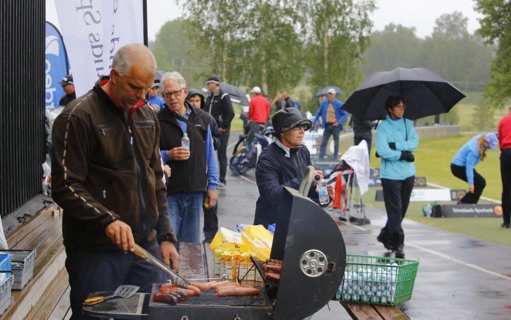 Grillmäsatare är vår Head Greenkeeper Magnus Koinberg och det var strykande åtgång på korven!