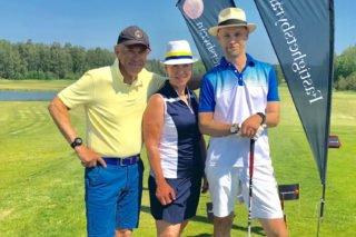 Flaggtävlingen, tre spelare poserar ute på golfbanan.